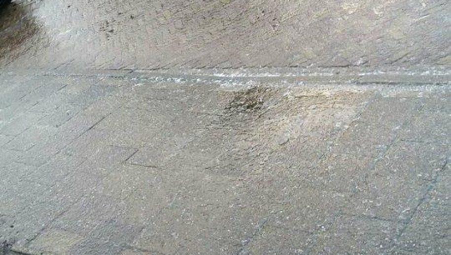 Spiegelgladde wegen en trottoirs