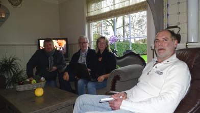 Familie Masselink met Piet Grootenboer (Cogas) en Charles ter Horst (dorpsraad)