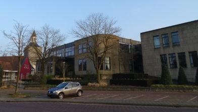 Het gemeentehuis in Tubbergen vanaf de Julianastraat