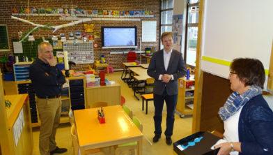 Pieter Omtzigt (midden) op bezoek bij basisschool De 7 Mijlen in Manderveen