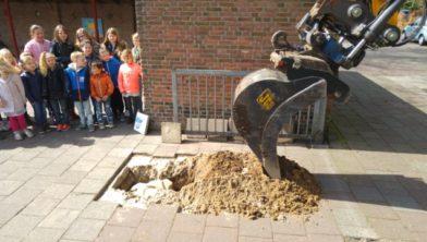 De tijdcapsule wordt veilig opgeborgen onder het schoolplein