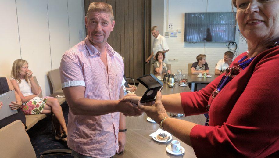 Johan Haarhuis krijgt een medaille van de burgemeester