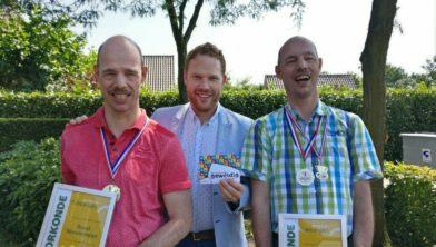 Eddie en Rudie Nieuwmeijer flankeren wethouder Roy de Witte