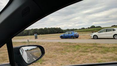 Deze blauwe auto is vanochtend weggesleept