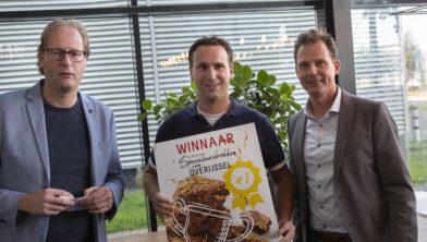Herbert Koopmans (midden) is blij met de felbegeerde prijs
