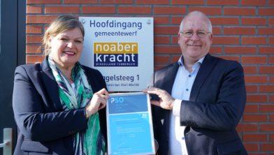 Burgemeesters Haverkamp en Joosten met het PSO-certificaat
