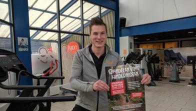 Justin Beernink met de poster van Wandelen voor Hindernissen