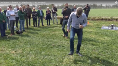 Jelle Hibma demonstreert zijn beschermingsmethode voor nesten van weidevogels