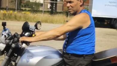 Karel Hanse op een aangepaste motor