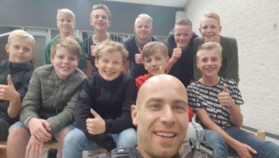 Bas Kuiphuis met achter hem de kordate 'hulpsheriffs' uit Albergen