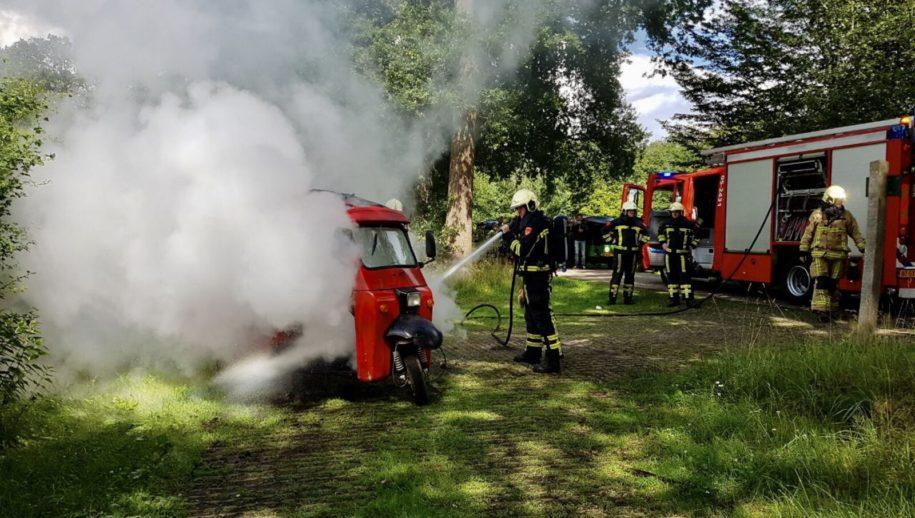 Mander - Aan de Oosteriksweg in Mander is zaterdagmiddag door nog onbekende oorzaak een TukTuk in brand gevlogen.   Bij de brand raakte niemand gewond. De brandweer heeft de brand geblust. De TukTuk heeft flinke schade opgelopen.