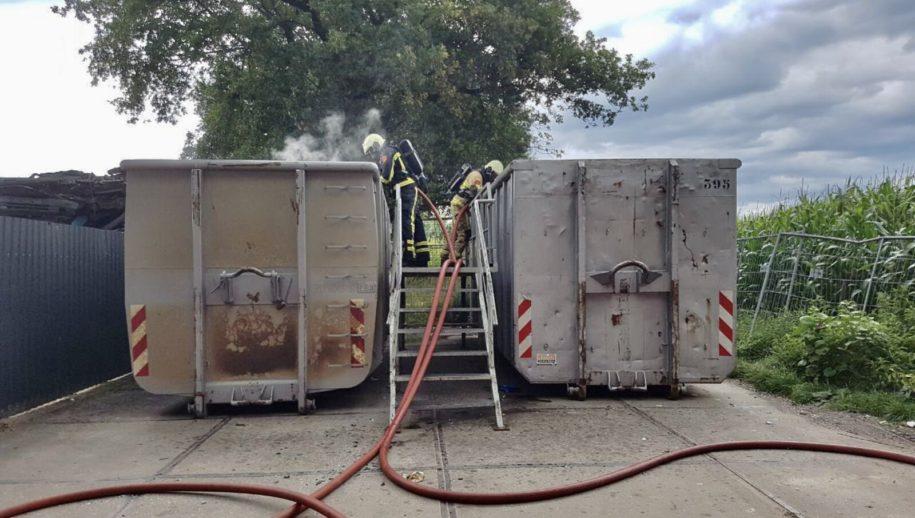 Geesteren - Opnieuw is er brand in de papiercontainer aan de Steenberg in Geesteren. Afgelopen mei was dit ook al het geval.   De brandweer heeft de brand geblust en de naastgelegen container uit voorzorg nat gehouden .  De oorzaak van de brand is niet bekend.