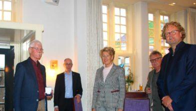 Rinus Visscher (links) met de penning