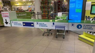 Wasstraat voor winkelwagentjes in de supermarkt