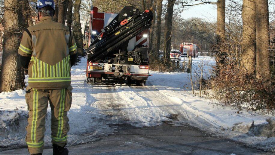 Geesteren - Aan de Hardenbergerweg in Geesteren heeft zaterdagochtend een ernstig ongeval  plaatsgevonden. Politie, brandweer en de ambulancedienst kwamen ter plaatse voor de hulpverlening.  Volgens de politie is bij zaagwerkzaamheden een 40-jarige man onder een boom terechtgekomen en hierbij overleden.  De politie doet verder onderzoek.