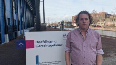 Niels Boomkamp bij het gerechtsgebouw te Almelo