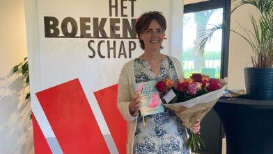 Simone Busscher tijdens de eerste boekoverhandiging