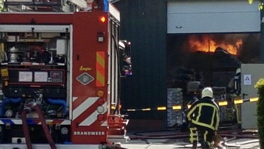 Geesteren - Bij een bedrijf aan de Hardenbergerweg (N343) in Geesteren is door nog onbekende oorzaak een brand uitgebroken in een schuur. De brandweer heeft de situatie snel opgeschaald naar middelbrand.  https://twitter.com/brandweertwente/status/1398666232665194501?s=21  (foto: Clemens Brughuis | News United)