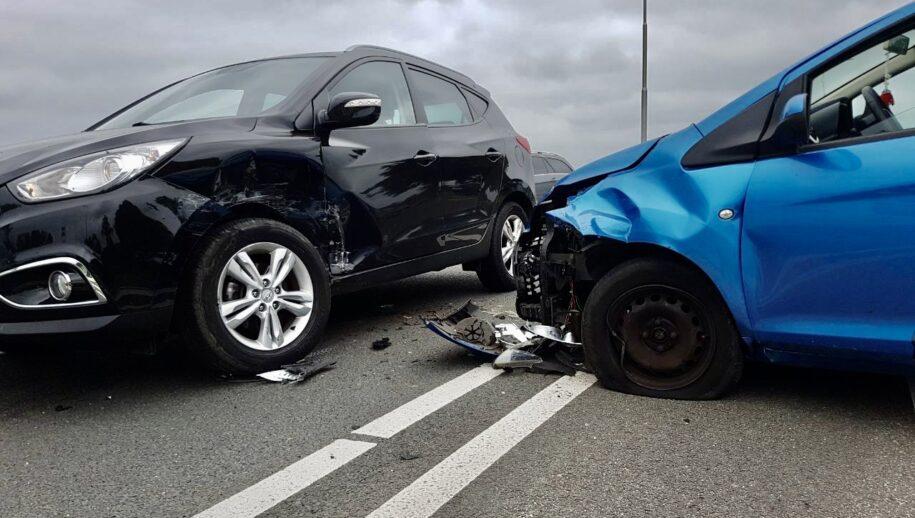 Fleringen - Op de Ootmarsumseweg in Fleringen heeft vrijdagmiddag een ongeval plaatsgevonden tussen twee auto's.  Bij het ingeval raakte één persoon gewond. Het slachtoffer is met onbekende verwondingen overgebracht naar het ziekenhuis.  De politie neemt verklaringen op en doet onderzoek naar de toedracht van de aanrijding.  Beide voertuigen worden door een berger afgesleept.  (foto: Clemens Brughuis | News United)
