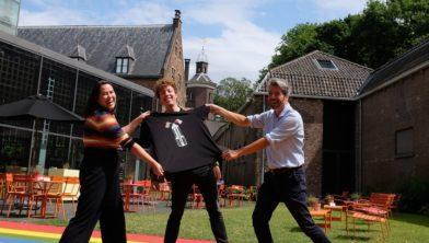 Thirty030'ers Merijn Corneel Koops en Mai Linh Ly overhandigen het eerste t-shirt aan Marco Grob