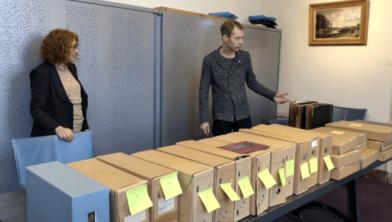 Spoorwegmuseumconservator Evelien Pieterse overhandigt het archief aan Victor Lansink van het Utrechts Archief