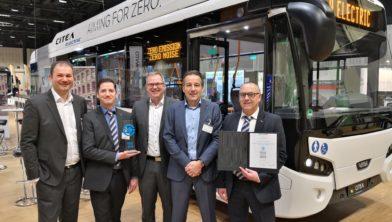 De bestuurders van VDL Bus & Coach zijn blij met een gewonnen award