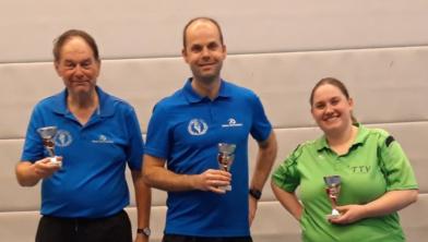 Michiel Kaizer heeft zijn titel geprolongeerd. Linda Cox (rechts) werd 2e en Peter van de Sande (links) nummer 3.