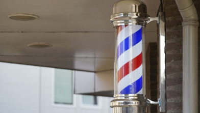 Een hedendaagse barbiersstok aan de Handwerkstraat.