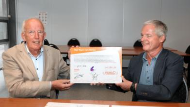 Foto: Links: John Bongarts, voorzitter Humanitas Noord Limburg en Platform voor Vrijwilligersondersteuning Venlo. Rechts: Han Paulides, directeur Incluzio Sociale Basis.