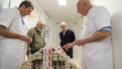 Henk Smits uit Venray heeft van 313 lege verpakkingen van de pijnstiller een grote neus 'geboetseerd'.