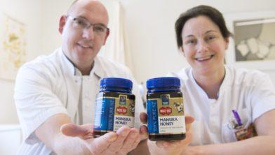 Robbert Eichhorn en Mieke Hesselmans tonen de medicinale honing