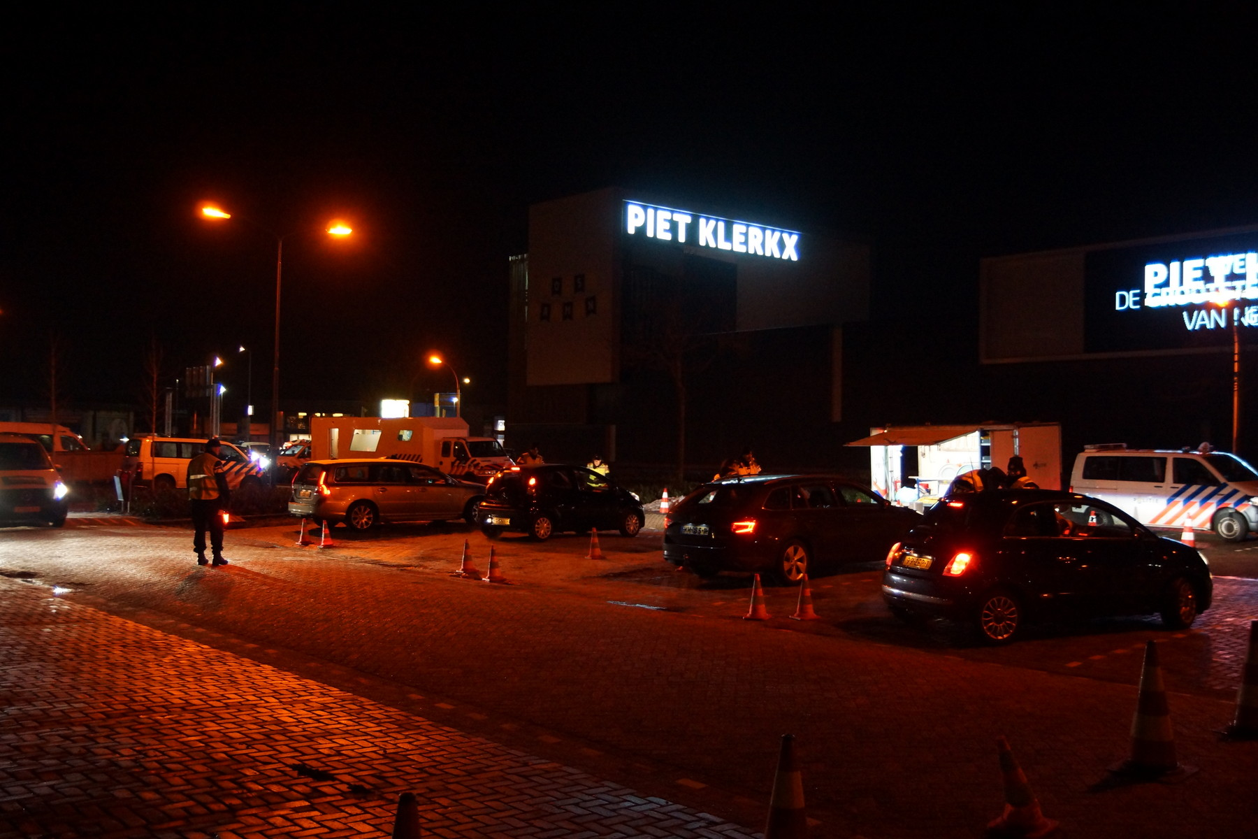 Piet Klerkx Amersfoort : Grote politiecontrole op parkeerterrein bij piet klerkx waalwijk
