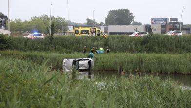 Piet Klerkx Waalwijk : Auto te water bij rotonde piet klerkx bestuurder raakt