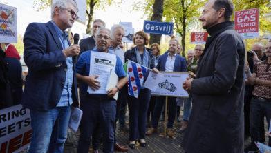 Links: Frank den Braven (Waalwijk) en Peter Flohr (Loon op Zand), rechts minister Eric Wiebes van EZ en Klimaat