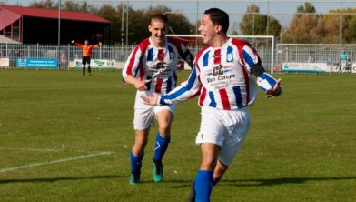 Dolle vreugde bij Julian Vos nadat hij VV NEO'25 op voorsprong heeft geschoten.