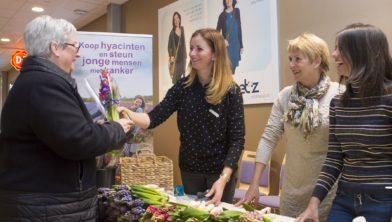 In de hoofdgang van het ETZ worden vrijdag 11 januari bosjes hyacinten verkocht. De opbrengst is voor betere zorg en onderzoek.