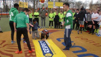 Spelers tekenen het respect spandoek