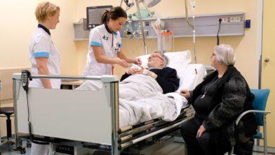 De aanwezigheid van een bekende bij de patiënt voorkomt complicaties en bevordert het herstel.