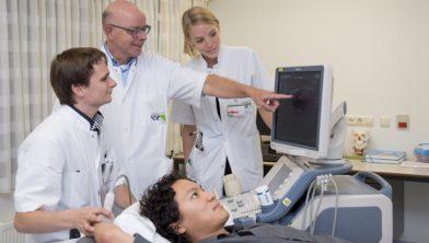 Neuroloog Leo Visser wijst naar het scherm bij het maken van een zenuwecho