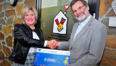 Erik van der Kamp (Lions Club Waalwijk) overhandigt cheque aan Franca Adriaans (Ronald McDonald Huis)