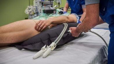De patiënt wordt door het opblazen van de opblaasmat in de stabiele zijligging gelegd.