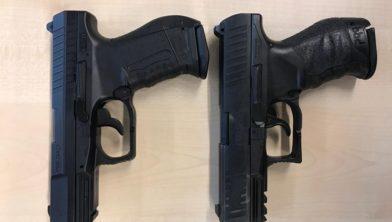 Airsoft wapen links en dienstwapen politie rechts
