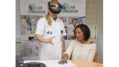 Door een hologram te projecteren, kan de chirurg 'in' de hand van de patiënt kijken.