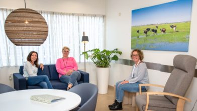 De ETZ-medewerkers Jacqueline, Ingeborg en Erica (v.l.n.r.) testen het meubilair in één van de nieuwe familiekamers.