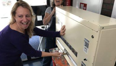 Ellen Dutron mocht de automaat als eerste uitproberen onder toeziend oog van Karin van Gelder.