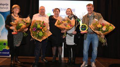 De eerste drie prijswinnaars met in het midden Wethouder Dilek Odabasi en de winnares.