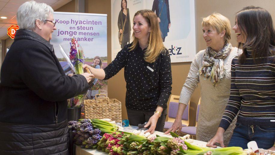 In de ETZ hoofdgang worden vrijdag bosjes hyacinten verkocht. De opbrengst is voor betere zorg en onderzoek