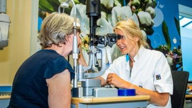 Oogarts Janneke van Lith-Verhoeven voert een oogheelkundig onderzoek uit