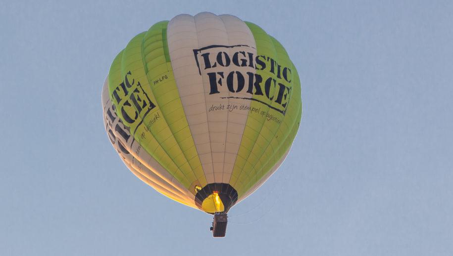 Met flink veel vuur vloog de ballon over Hof van Capelle, nog geen vuiltje aan de lucht.