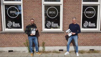 Jochem van Woensel en Marcel van Loon tonen het eerste exemplaar van Langstraat Onderneemt